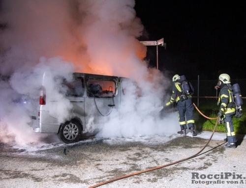 Kleinbuss in Flammen